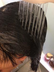 髪の毛を濡らす