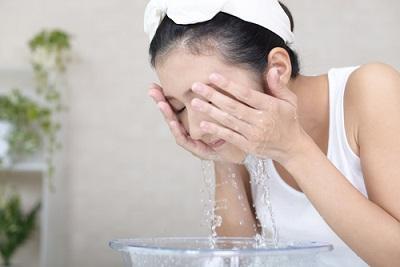 洗顔で肌表面の汚れは落ちるけど・・・