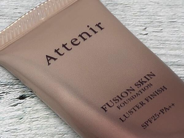 Attenir(アテニア)フュージョンスキンファンデーション ラスターフィニッシュが厚塗り感ゼロでツヤが続く理由は?